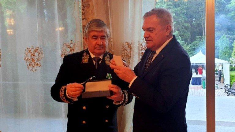 Румен Петков подари писалка на посланика на Русия у нас