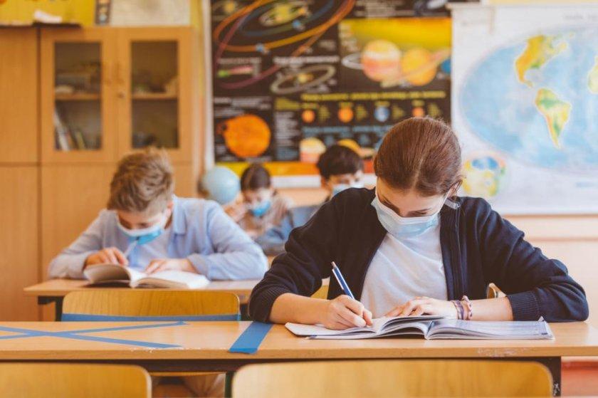6-и и 9-и клас влизат в час чак през март