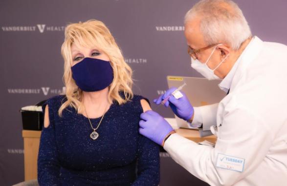 Доли Партън възпя ваксините, докато я боцкат срещу COVID-19