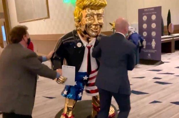 Издигнаха златна статуя на Тръмп