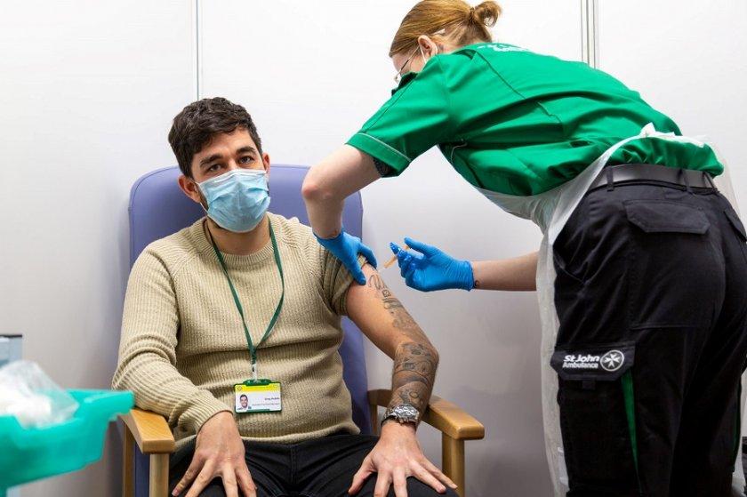 Испания ваксинира само с 1 доза хората под 55 г., преминали COVID
