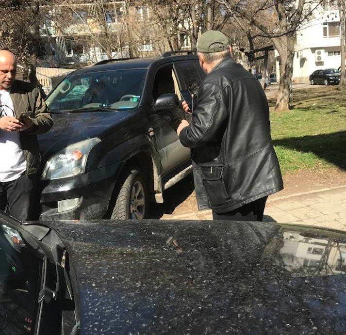 Джип забърса мъж на тротоар в София
