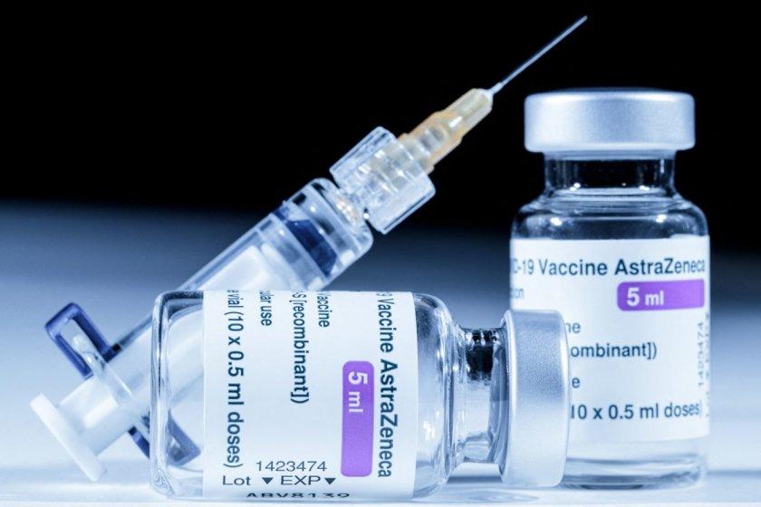 Какво се случва? Трима медици са в болница след ваксина на АстраЗенека