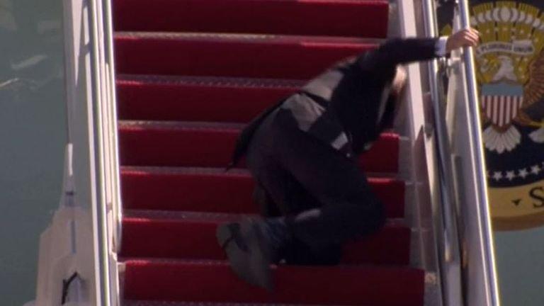 И за това ли е виновен Путин? Джо Байдън се спъна на самолетната стълбичка (ВИДЕО)