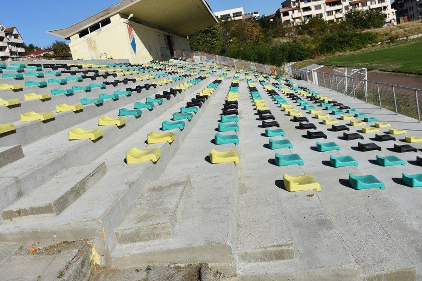 Пак сме в световните новини: Села без ток и канализация, но със стадион