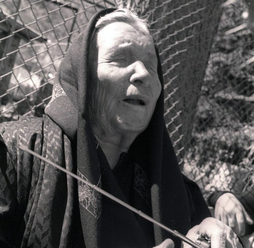МИСТИЧНО: Баба Ванга изникна на пясъка в Бургас (СНИМКИ)