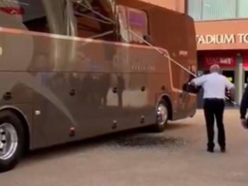 Атакуваха автобуса на Реал в Ливърпул