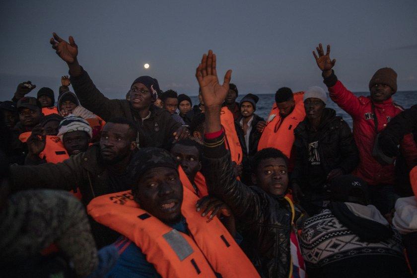 Най-малко 41 мигранти са загинали при потъване на лодка