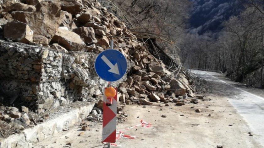 Безпаричие: Свлачище над Благоевград отцепва села и вилни зони