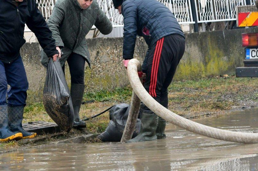 Гадост: Отходни води текат по столичен булевард
