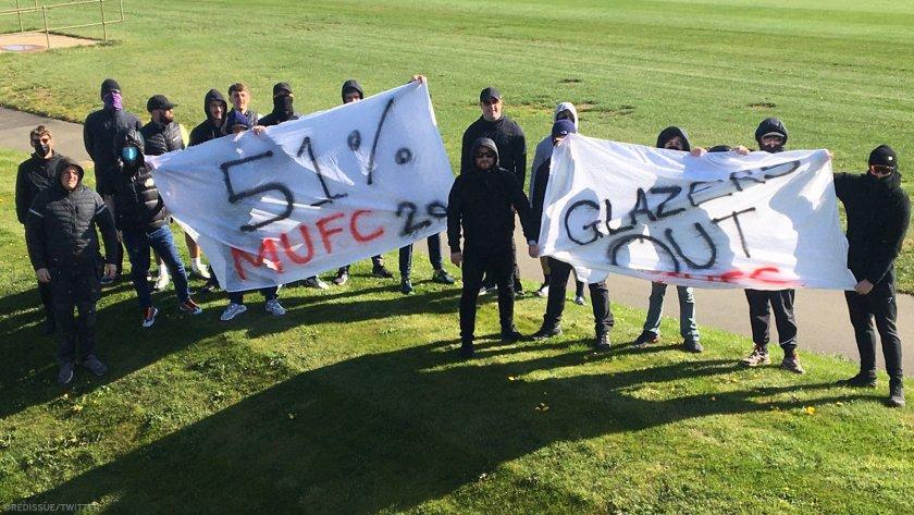 Фенове на Юнайтед окупираха базата, искат 51% от акциите на клуба и Глейзър да се маха