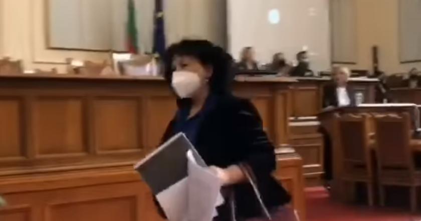 Вижте как министърка на Борисов бяга от депутатите (ВИДЕО)