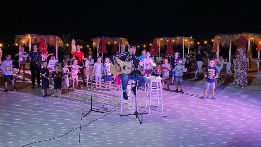 Стефан Вълдобрев пее на рождения си ден в Борисовата градина