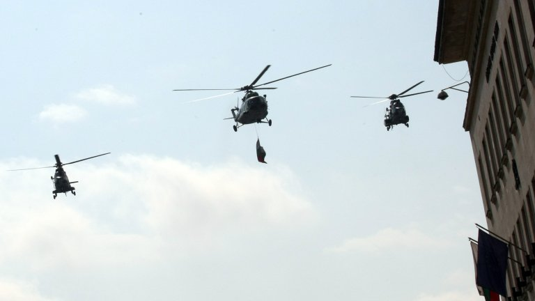Вертолети и самолети летят над София