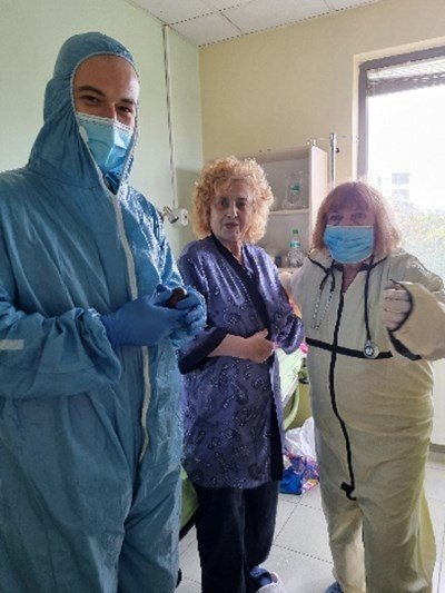Латинка Петрова посрещна Великден в болница, весели лекарите