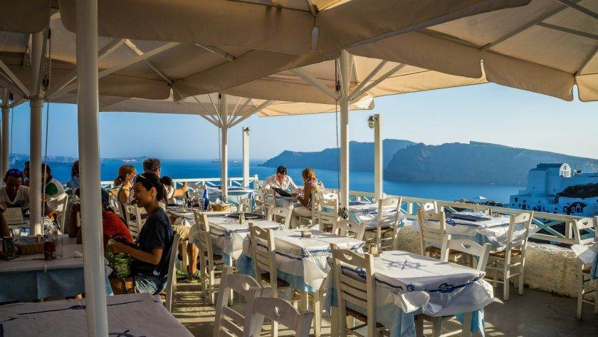 Удължават вечерния час в Гърция, на кафе само с SMS