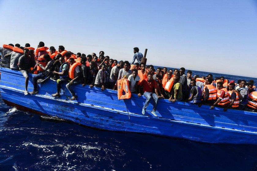 25 нелегални мигранти задържани край Вакарел