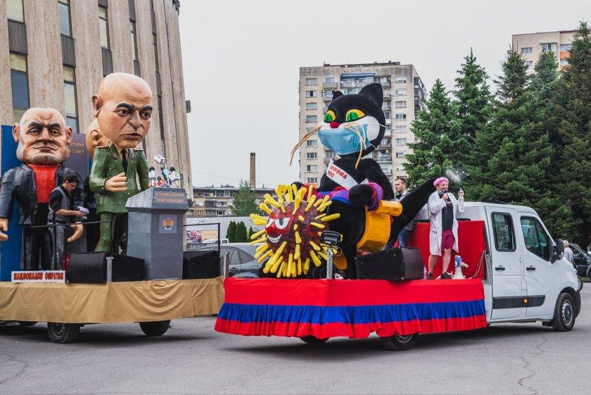 Джипката и ферарито с цвят червен идват на карнавал в Габрово