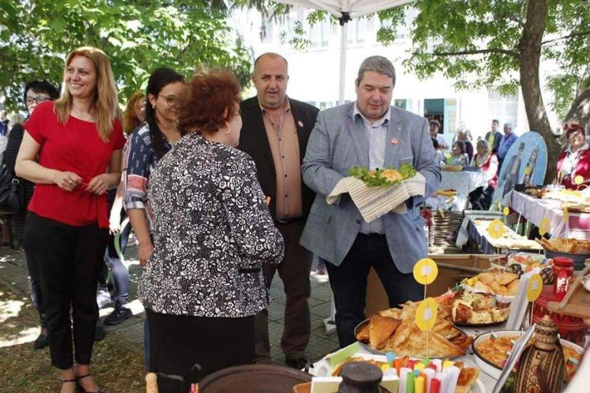 Кмет с точилка на празника на дрипавата баница във Върбица