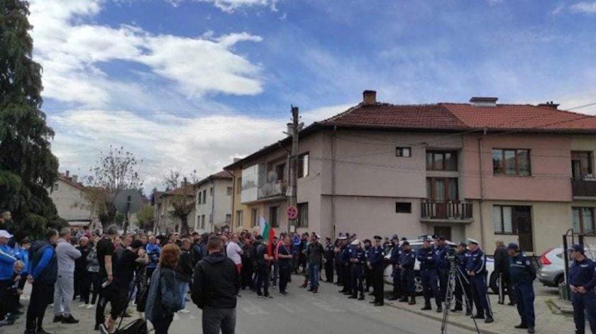 Протест пред съда в Разлог след масовия бой в заведение
