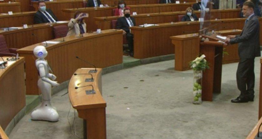 Робот спори с депутат в парламента
