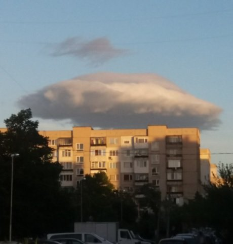 Странно: НЛО ли виси над София?