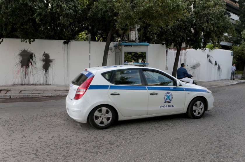 Без маска в колата? Гърция дере 300 евро глоба