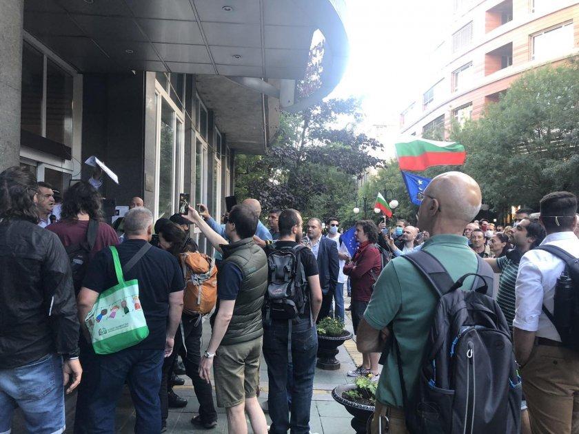 Протест пред БНТ в подкрепа на министъра на културата Велислав Минеков