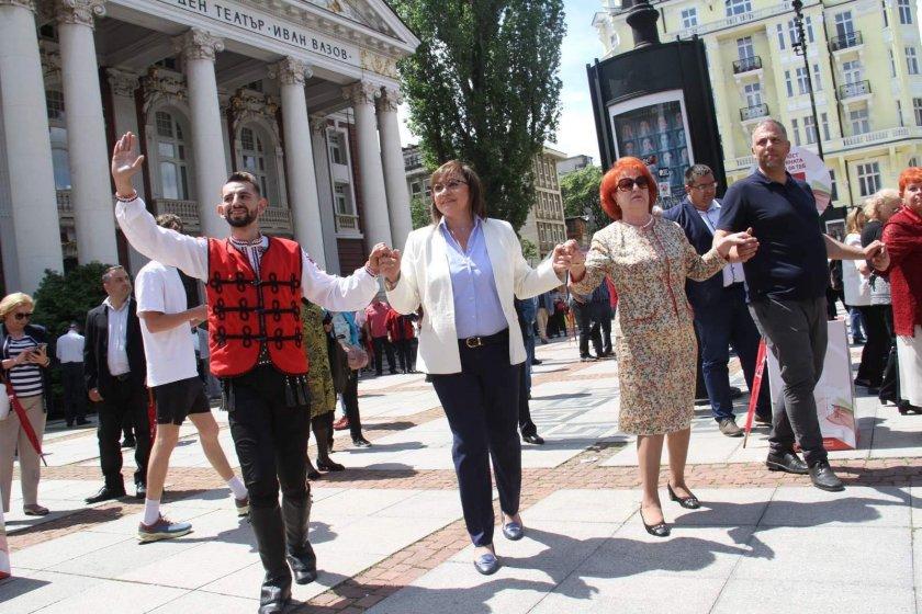 БСП и АБВ стартираха с народни хора, червени чадъри и добро настроение (СНИМКИ)