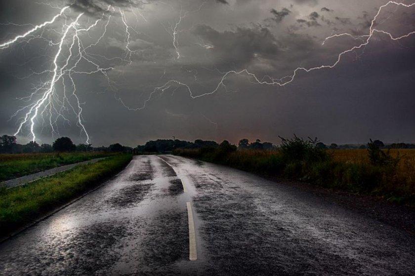 Валежи и гръмотевични бури и в близките часове