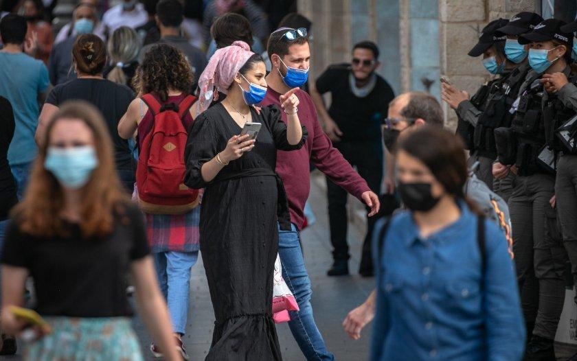 Израел върна задължителните маски на закрито