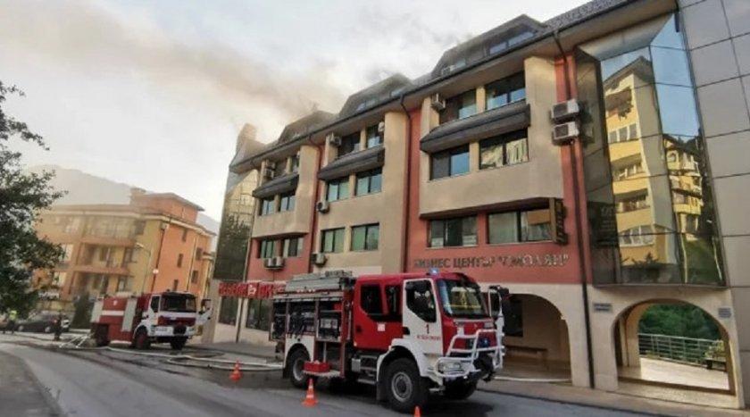 Голям пожар захапа сграда в Смолян