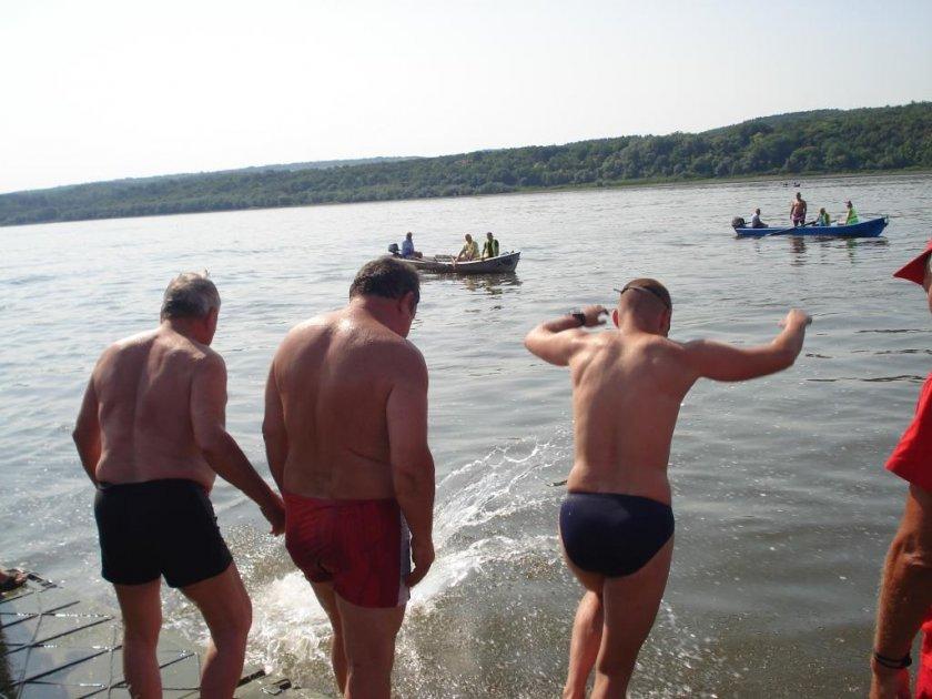 Традиция: Над сто души преплуваха Дунав