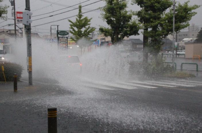 Евакуират хиляди японци заради проливните дъждове