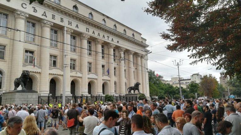 Символичен протест пред Съдебната палата