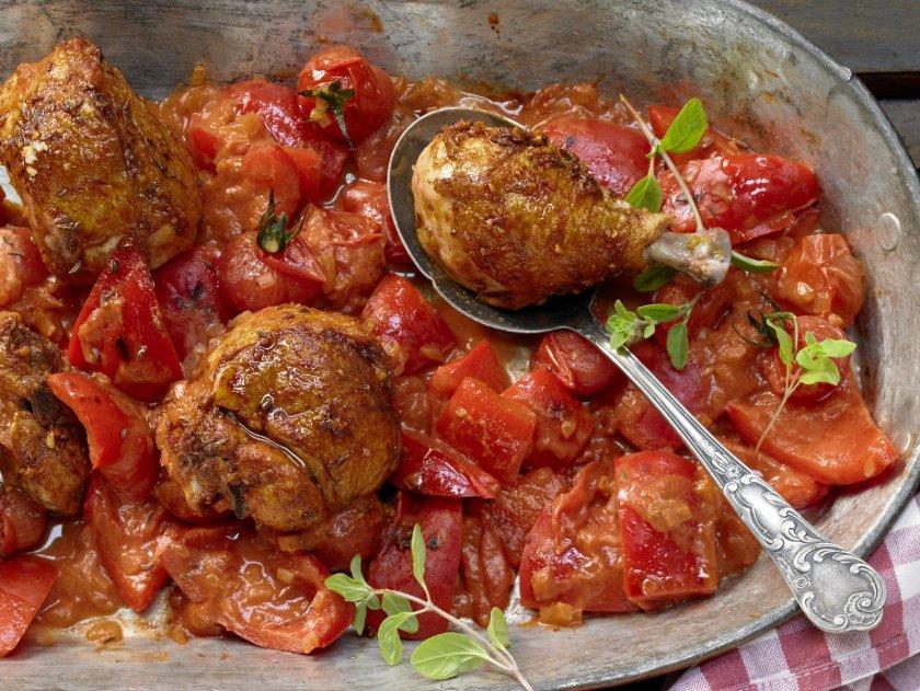 Пиле паприкаш с доматено кисело мляко