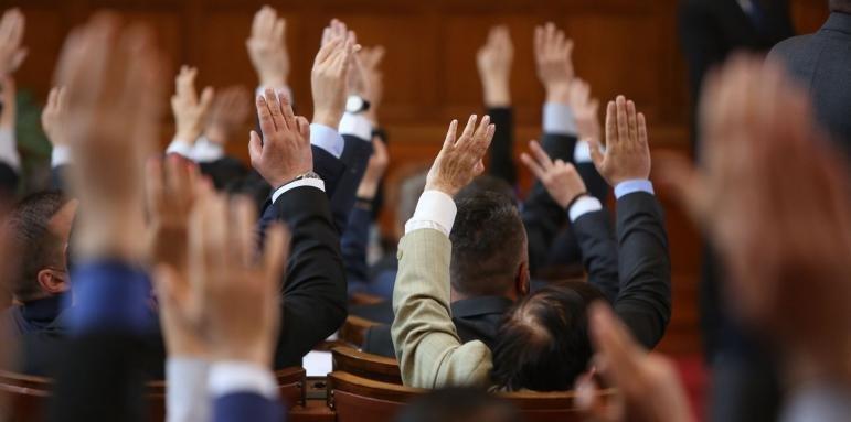 Шок за народа! Депутатите обсъждат намаляване на заплатите си