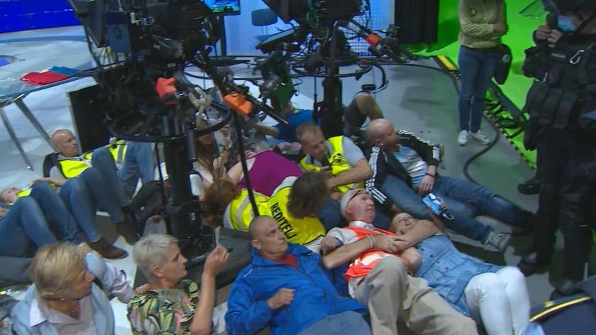 Антиваксъри нахлуха в словенската държавна телевизия
