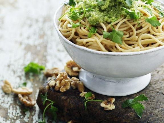 Спагети салата с орехово песто