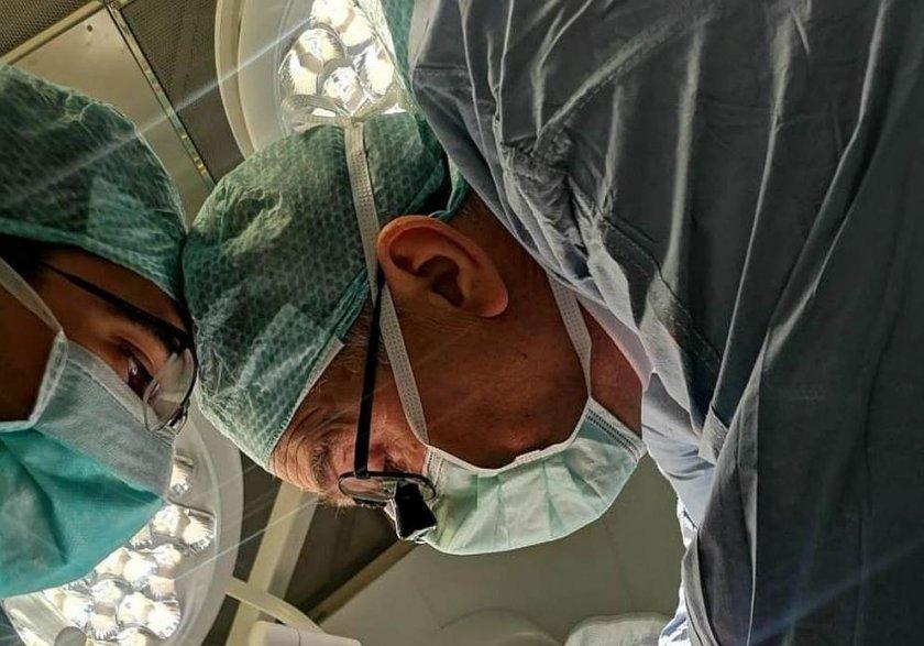 ВМА спаси мъж с 5-часова трансплантация на черен дроб (Снимки)
