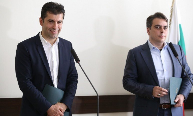 Кой финансира проекта на Петков и Василев?