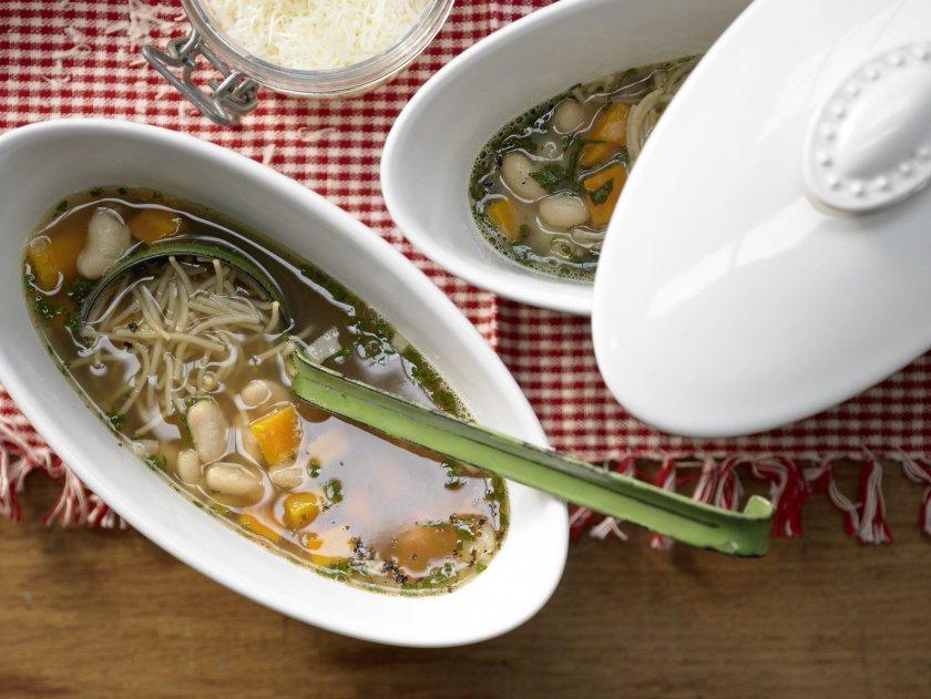 Бобена супа с фиде и салвия