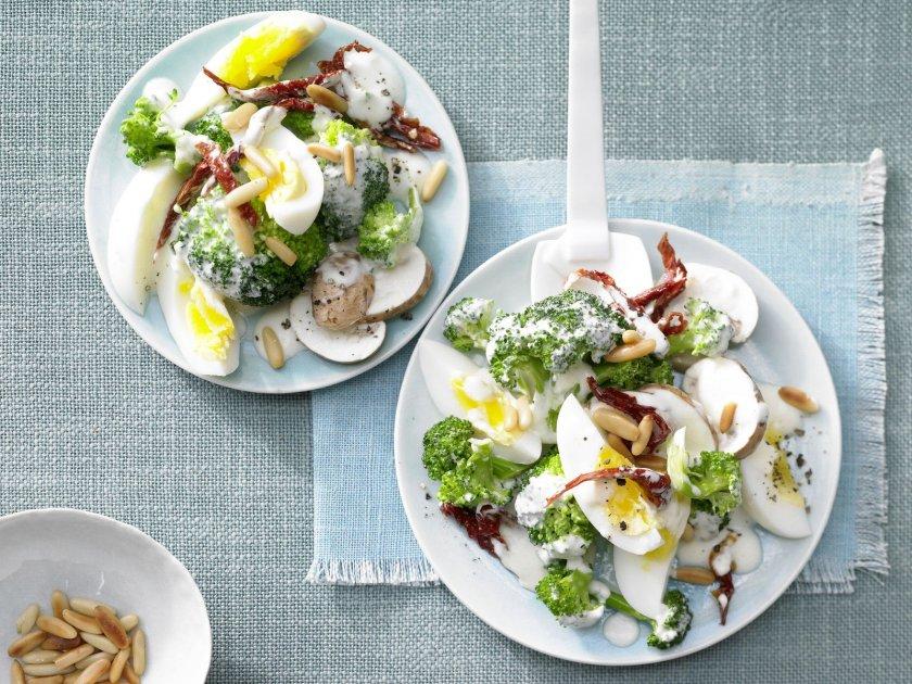 Салата броколи с гъби и яйца