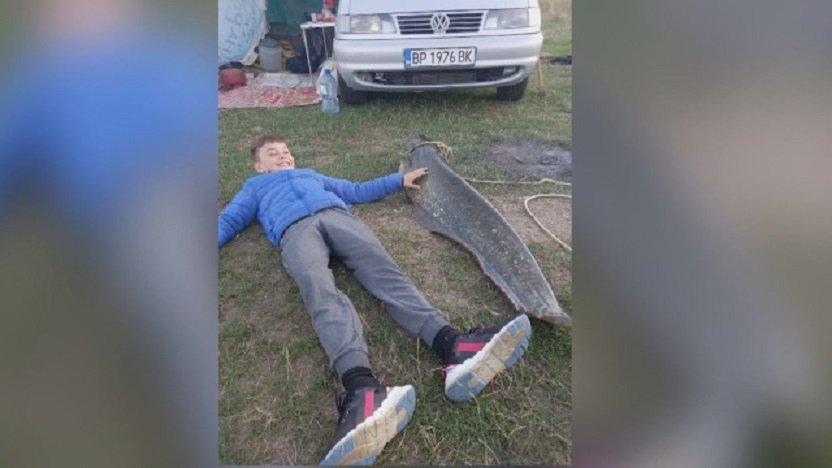 Късметлия извади гигантски сом край Враца (СНИМКИ)