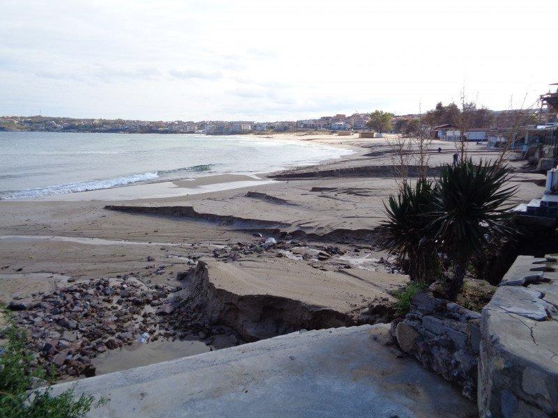 """Потопът в Созопол разцепи плаж """"Харманите"""""""