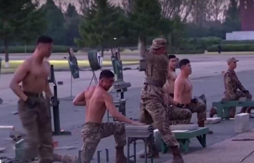 Войници трошат бетон с глави пред диктатора Ким Чен Ун
