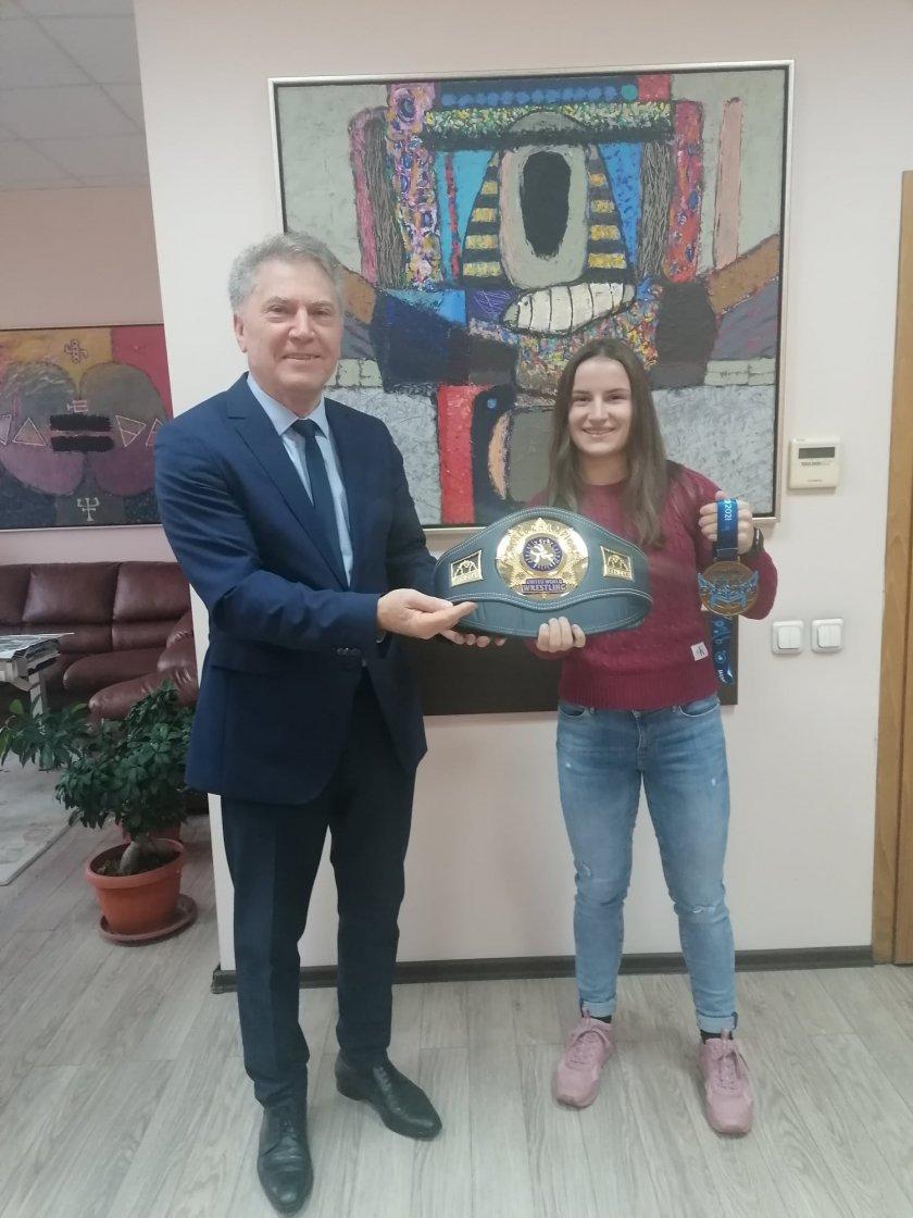 ЮЗУ посрещна световната №1 Биляна Дудова