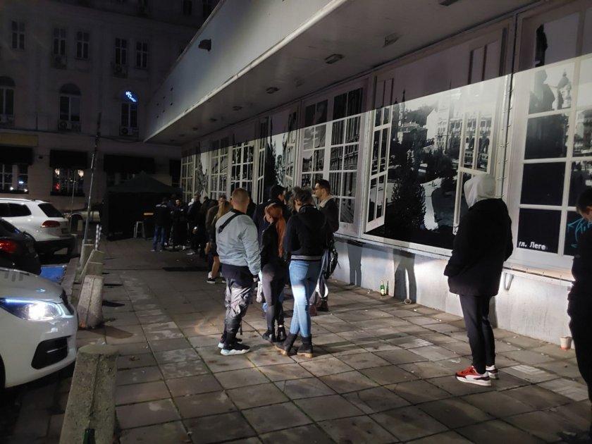 Над 400 души минаха на бърз тест преди бар в София