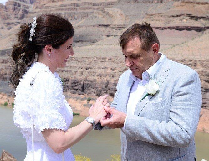 Владика и кмет венчават Николай Вълканов и любимата му Румяна
