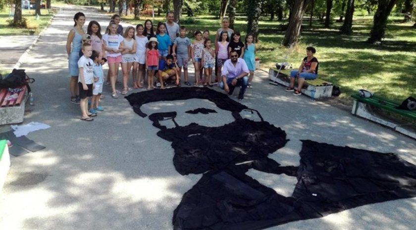 Патриотично - деца направиха образ на Христо Ботев от стари дрехи